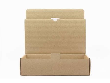 Abrir una caja de cart�n marr�n aislado en blanco
