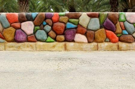 Colorido fondo de la pared de piedra en la calle de concreto