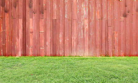 Fondo de madera y el suelo de hierba