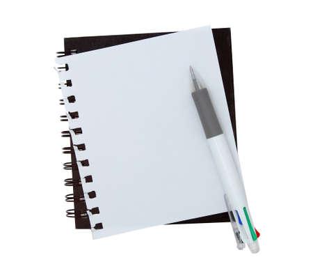 De papel de escribir con la pluma en el fondo blanco