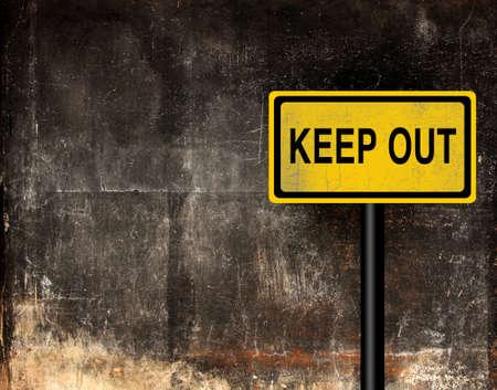 Grunge se�al de advertencia, en la pared de edad