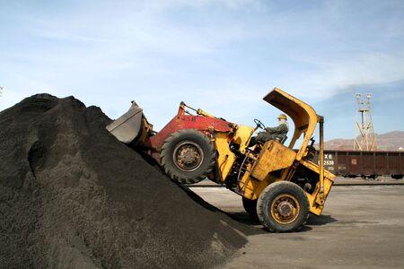 cargador frontal: Frente cargador de apilar hasta una pila de mineral de cobre.