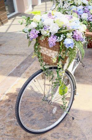decorated bike: Bicicletta con fiore su cestino di legno