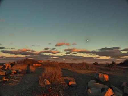 a sunset over a grass field Stok Fotoğraf