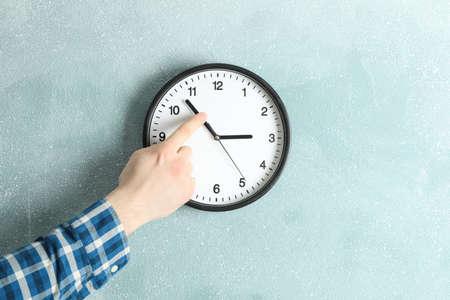 Człowiek zmieniający czas na pięknym zegarze ściennym, miejsce na tekst