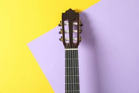 Gitarrenhals auf zweifarbigem Hintergrund, Platz für Text