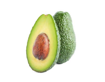 Reife Avocados isoliert auf weißem Hintergrund. Vegetarisches Essen