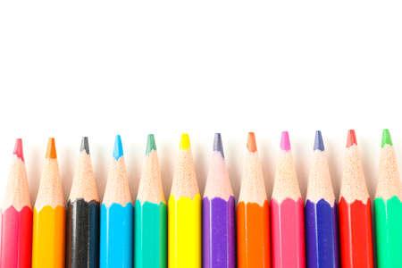 Muchos lápices de colores aislados sobre fondo blanco.