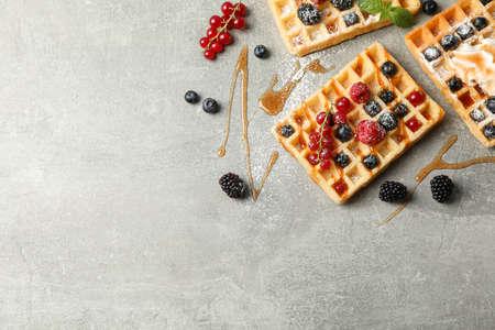 Composizione piatta con waffle belgi dolci, spazio per il testo
