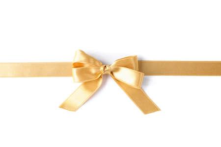 Ruban d'or avec archet isolé sur fond blanc. Notion de cadeau