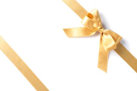 Nastri dorati con fiocco isolato su sfondo bianco. Concetto di regalo