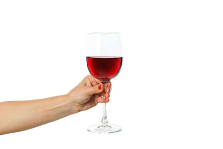 Asimiento de la mano femenina vaso con vino, aislado sobre fondo blanco.
