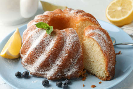Cake with powdered sugar, blueberry and mint on white background, close up 版權商用圖片 - 130143058