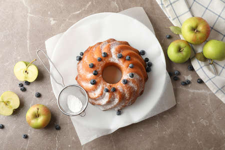 Cake with powder sugar, blueberry and apples on grey background, top view 版權商用圖片 - 130143288