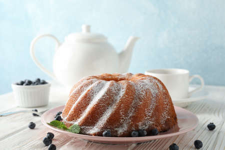 Cake with powder sugar and blueberry on wooden background, space for text 版權商用圖片 - 130143355