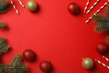 Komposition mit Weihnachtsaccessoires auf rotem Hintergrund, Platz für Text Standard-Bild