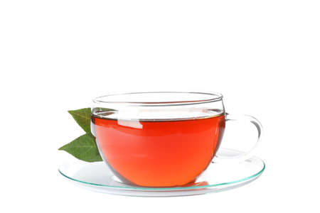 Tasse Tee und Blätter auf weißem Hintergrund Standard-Bild