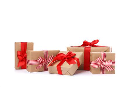 Gruppo di bellissime scatole regalo isolate su sfondo bianco