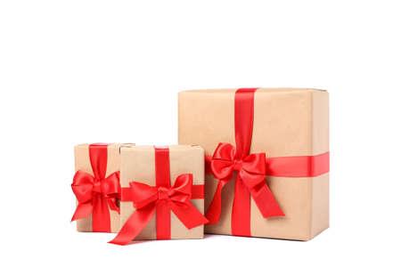 Hermosas cajas de regalo con lazo rojo aislado sobre fondo blanco. Foto de archivo