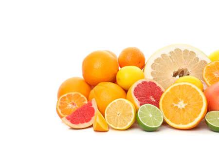 Montón de jugosas frutas cítricas aislado sobre fondo blanco. Foto de archivo