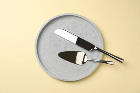 Tray with knife and pizza shovel on beige background, top view Zdjęcie Seryjne