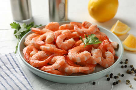 Composition with delicious shrimps on white background, close up Banque d'images