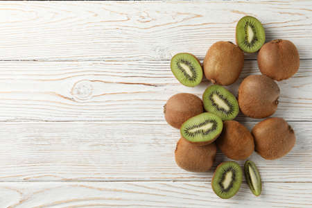 Ripe fresh kiwi on wooden background, top view and space for text 스톡 콘텐츠