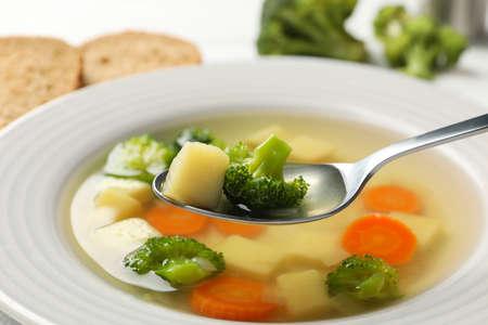 ポテトとブロッコリーのスプーン。野菜スープ