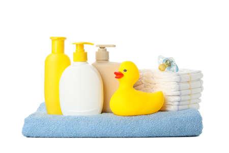 Accessoires d'hygiène bébé isolés sur fond blanc