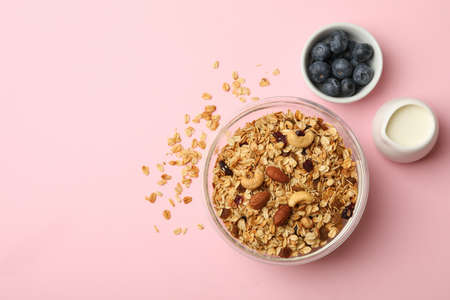 Concept of tasty breakfast with granola on pink background 免版税图像