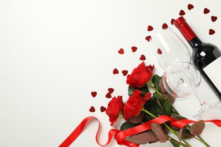 情人节快乐的概念与葡萄酒和玫瑰在白色的背景