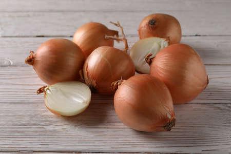 Ripe fresh onion on wooden background, close up Standard-Bild