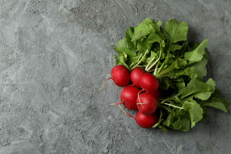 Fresh radish on gray textured background, space for text Banque d'images