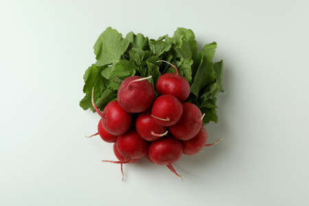Fresh red radish on white background, close up Banque d'images