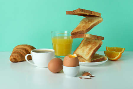 Concept of tasty breakfast with boiled eggs against mint background Banque d'images