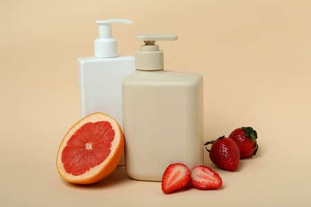 Natural shower gel and ingredients on beige background Banque d'images