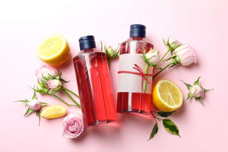 Natural shower gels and ingredients on pink background Banque d'images