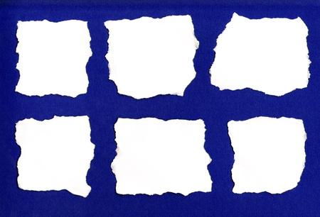 Fehér papír elszakad elszigetelt kék háttér