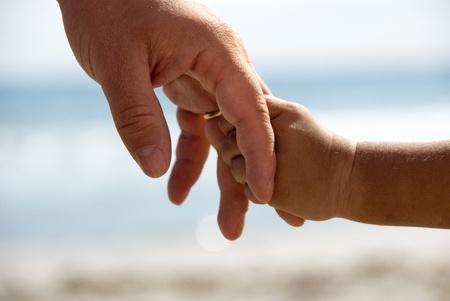 pere et fille: P�re et fils tenant la main Banque d'images
