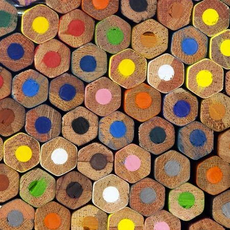 Un muro di matite colorate