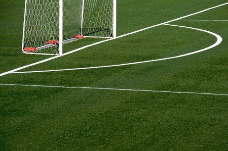 pasto sintetico: Un detalle de un campo de fútbol con césped neto Foto de archivo
