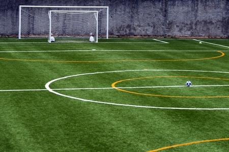 pasto sintetico: campo de fútbol con balón en el centro del campo