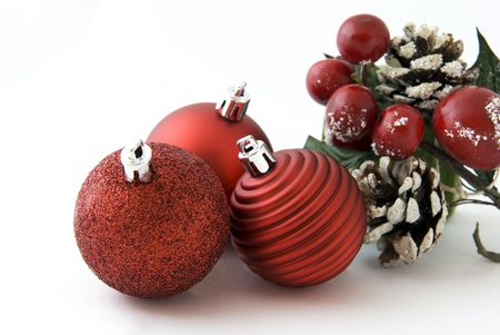 Karácsonyi dekoráció piros golyó és kúp