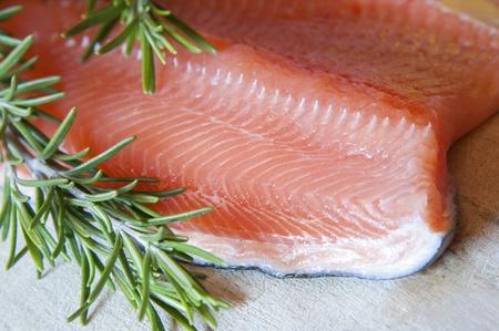 rosmarin: Fresh salmon with green rosemary