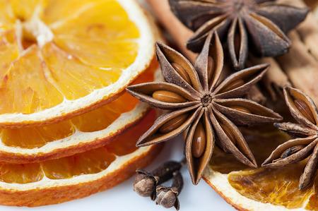 Szeletelt szárított narancs és ánizs csillag és szegfűszeg