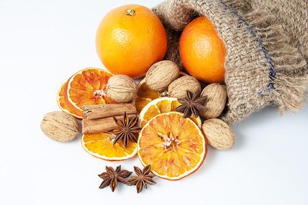 Karácsonyi fűszerek. Fahéjat, ánizs csillag, dió és szeletelt szárított narancs