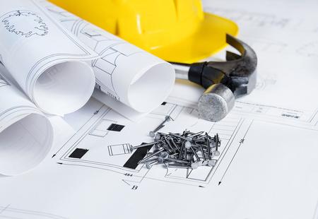 safety helmet: El tema de la construcci�n, con planos, clavos, martillo y casco de seguridad