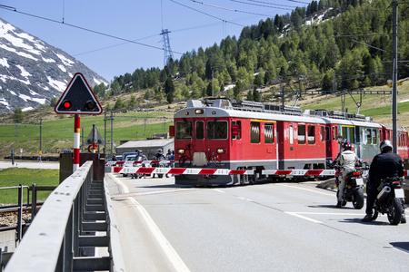 treno espresso: Trenino rosso svizzero tra le montagne alpine
