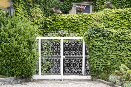 puerta de hierro forjado en una villa italiana