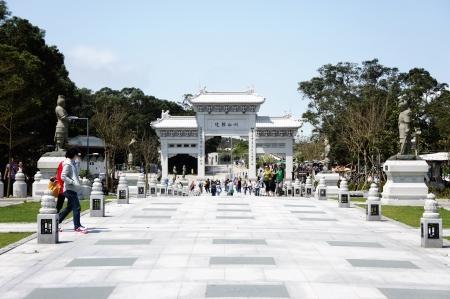 22. März 2012 - Lantau Island, Hong Kong. Ein Front-Gateway des Po-Lin-Kloster, einem der beliebtesten Reiseziele in Hong Kong die 34 Meter hoch vom Meer